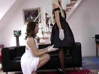 Pussylicked Uk Matures Spreads Her Gams