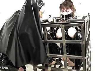 Sumisa Enjaulada Siendo Usada Por La  Ama Con Piercings